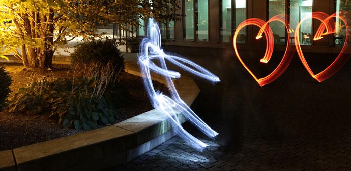 Light PaintinMännchen mit zwei Herzen