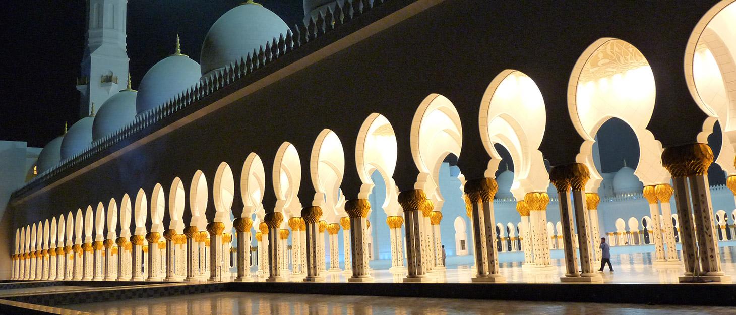 Säulengang der Scheich-Zayid-Moschee in Abu-Dhabi