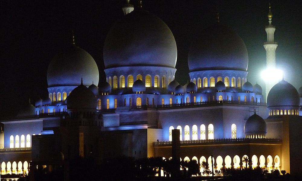 Beleuchtete Moschee in Abu Dhabi