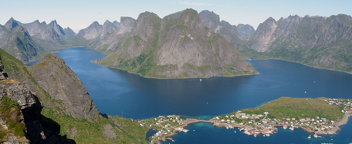 Blick über Meer und Berge vom Reinebringen