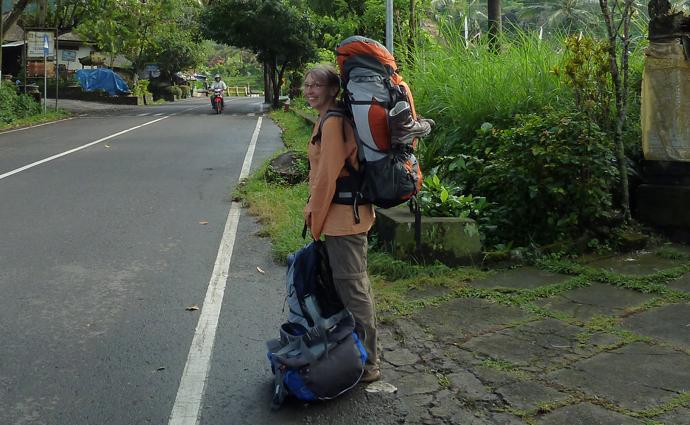 Mit Rucksack am Straßenrand