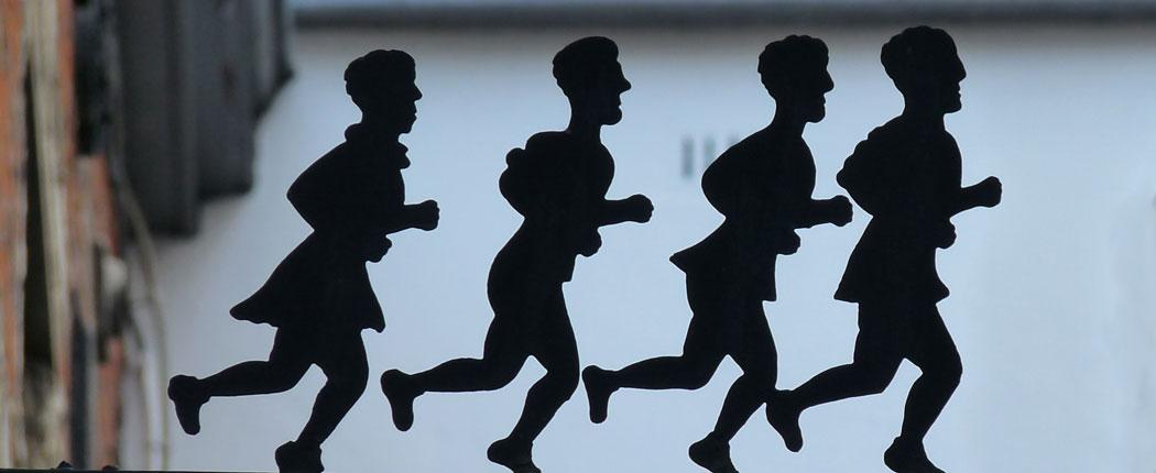 Vier laufende Jungs