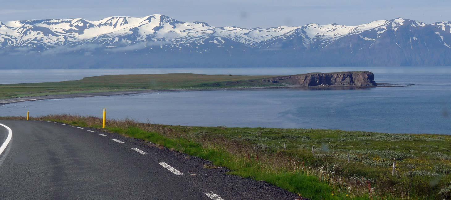 Straße am Meer in Island