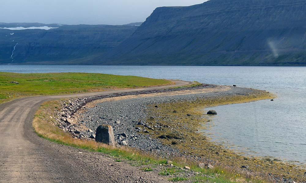 Kleine Steinpiste am Meer in Island