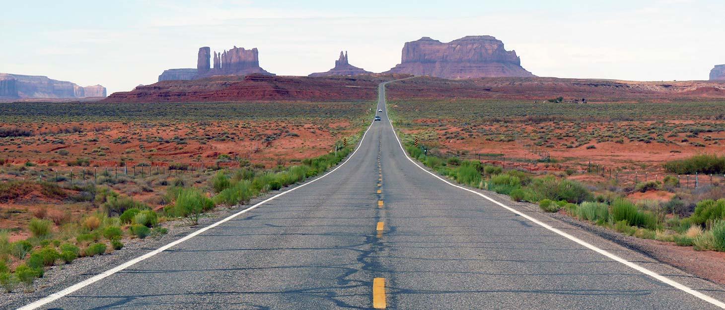 Blick über Straße zum Monument Valley, USA