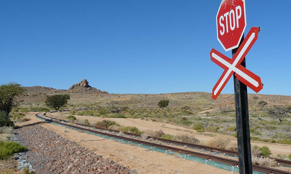 Bahnübergang mit Stoppschild in Namibia
