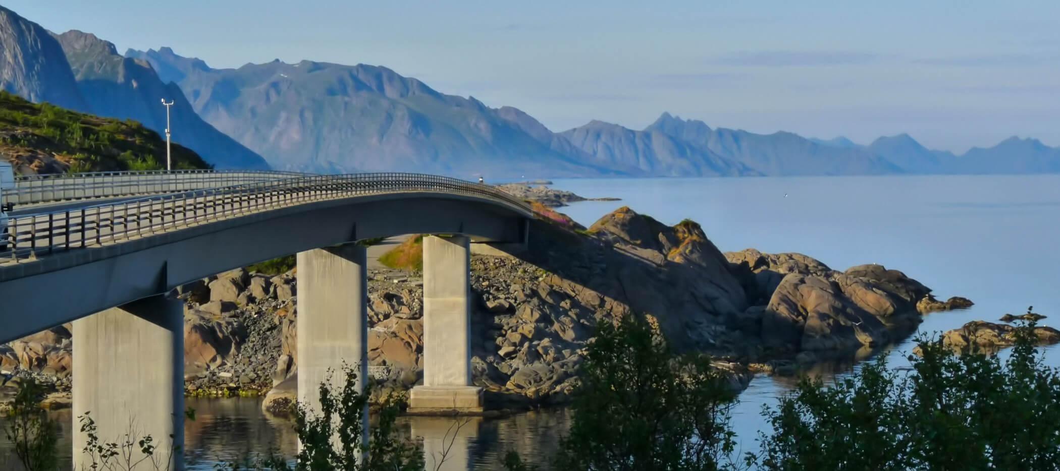 Brücke übers Meer auf Route Norwegen