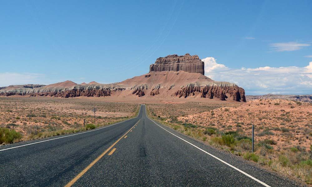 Straße auf einen Felsen zu