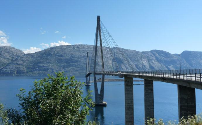 Brücke über einen Fjord in Norwegen