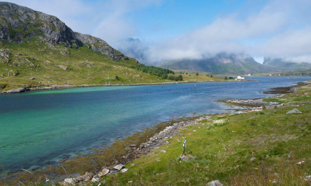 Blauer Fluss vor Hügeln