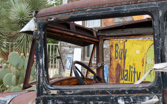 "Altes Auto mit Schild ""Buy Quality"""