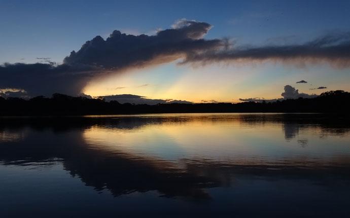 Sonnenuntergang im Regenwald in Bolivien
