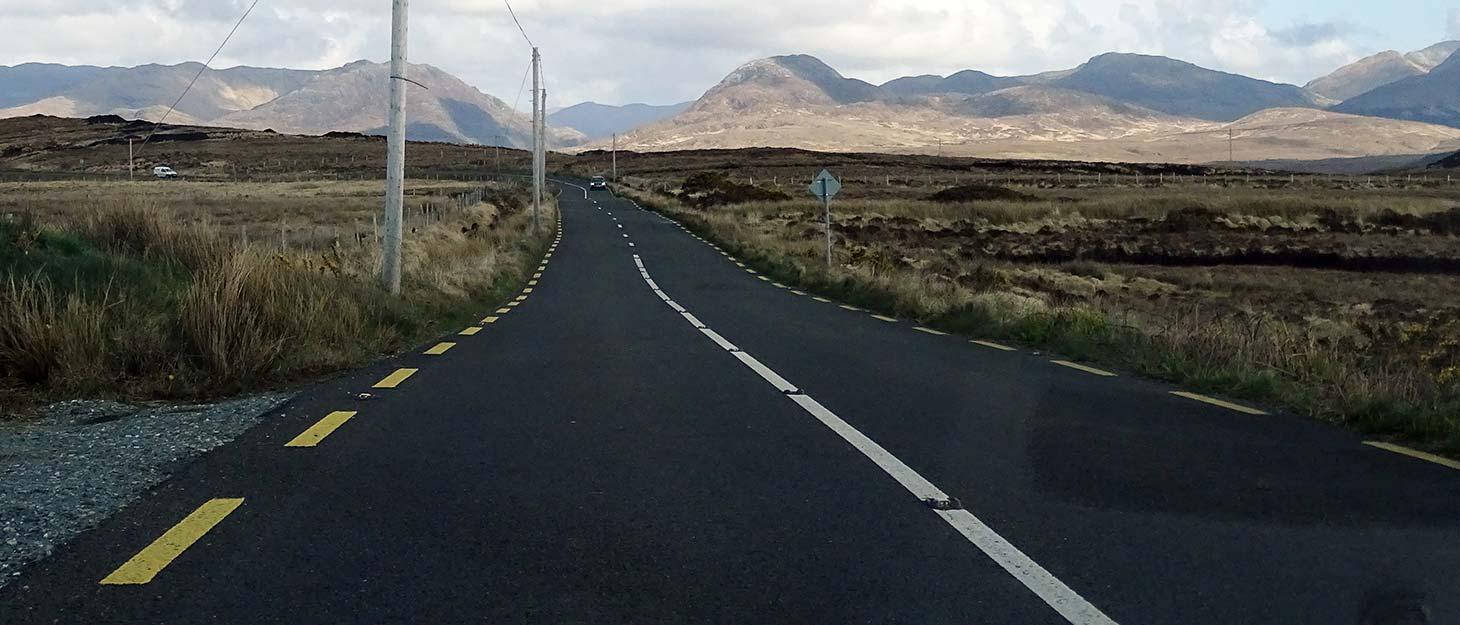 Straße durch die Berge in Irland