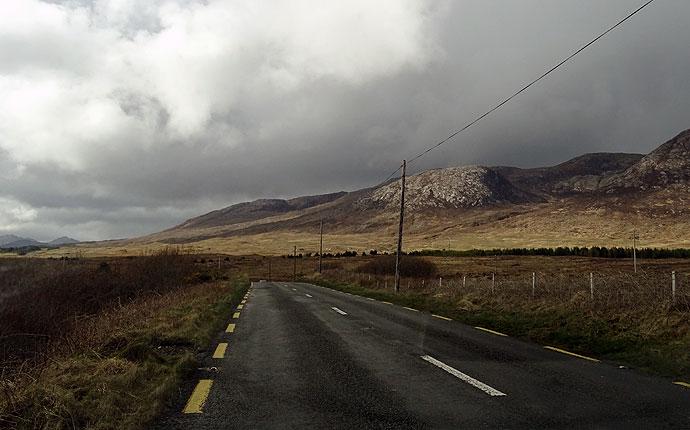 Straße mit Bergen im County Galway