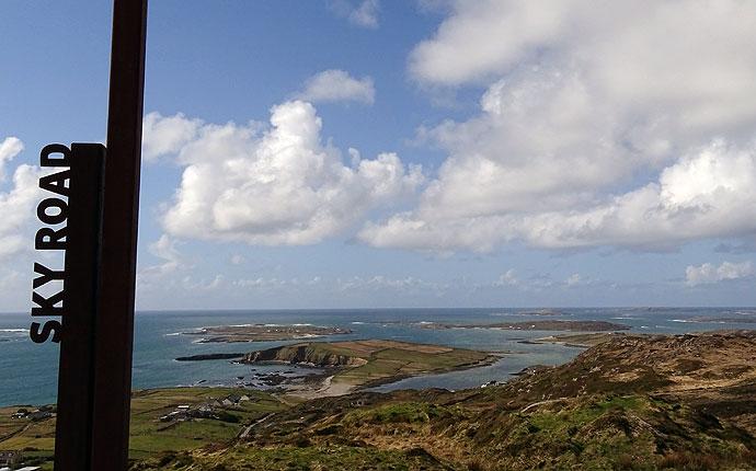 Blick von der Skyroad in Connemara auf Inseln