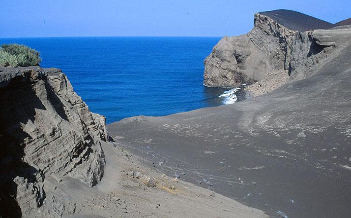 Lava am Meer auf den Azoren in Ponta Capelinhos