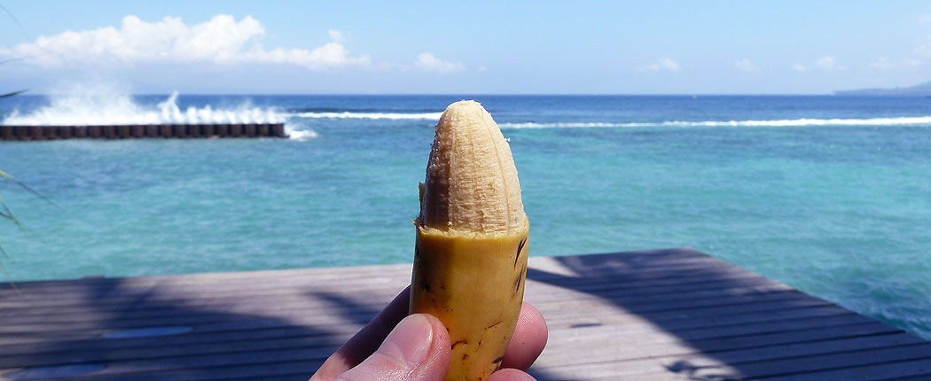 Mini-Banane am Strand in Indonesien