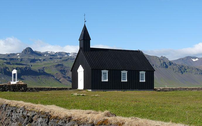 Schwarze Holzkirche in Budir