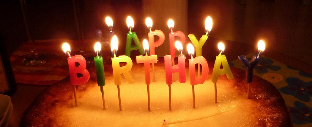 Geburtstagstorte mit Happy-Birthday-Kerzen