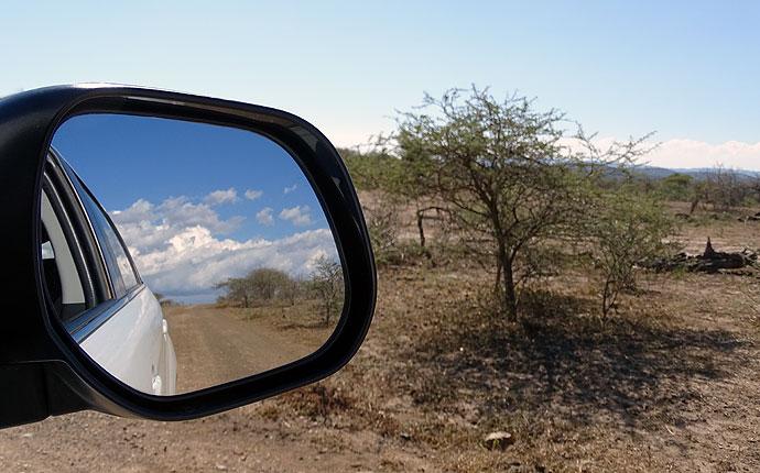 Afrikanische Landschaft im Autospiegel