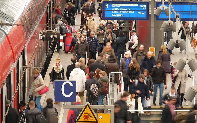 Bahnfahrer am Bahnhof