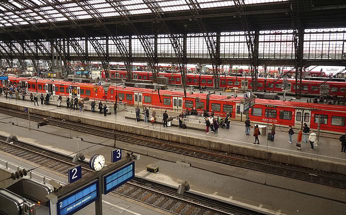 Züge an den Gleisen am Bahnhof