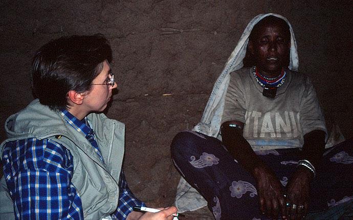 Sabine im Gespräch mit einer Beschneiderin in Äthiopien