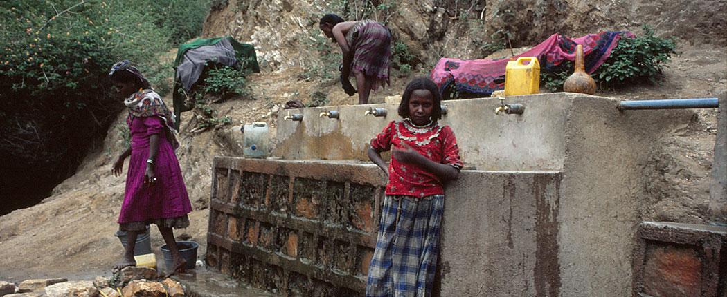 Mädchen an Wasserstelle in Äthiopien