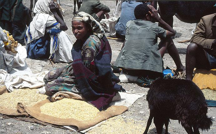 Eine Frau in Äthiopien auf einem Markt