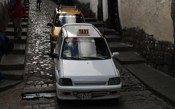 Zwei Taxis in Peru auf einer Kopfsteinpflasterstraße