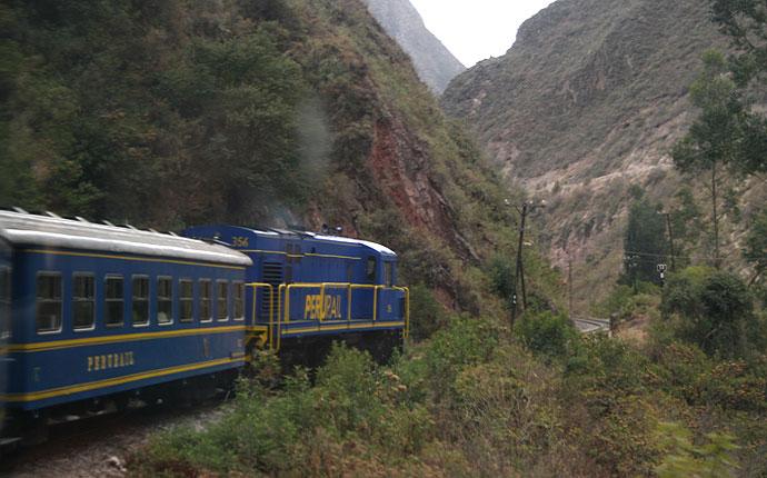 Zug fährt durch die Berge in Peru
