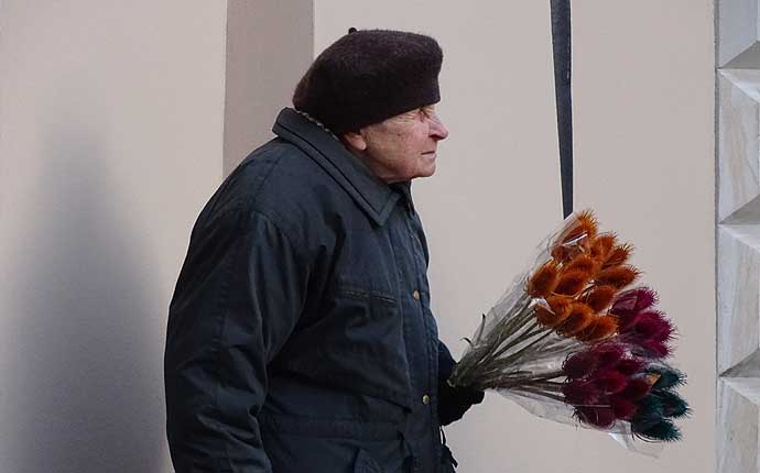 Warschau: alte Frau verkauft Strohblumen
