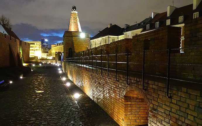 Warschau bei Nacht: angestrahlte Stadtmauer