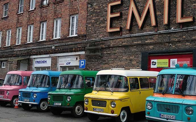 Warschau: Bunte Autos neben dem Neon-Museum
