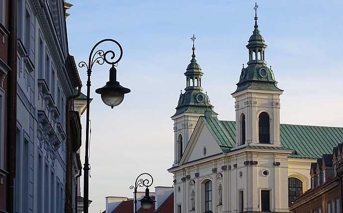 Warschau Kirche und Straßenlaternen