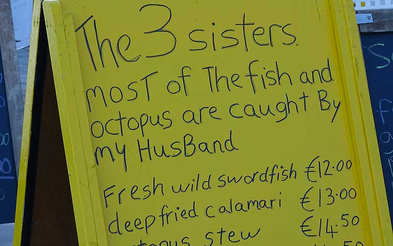 "Schild: ""The 3 sisters. Most of the fish and octopus are caught by my husband"""