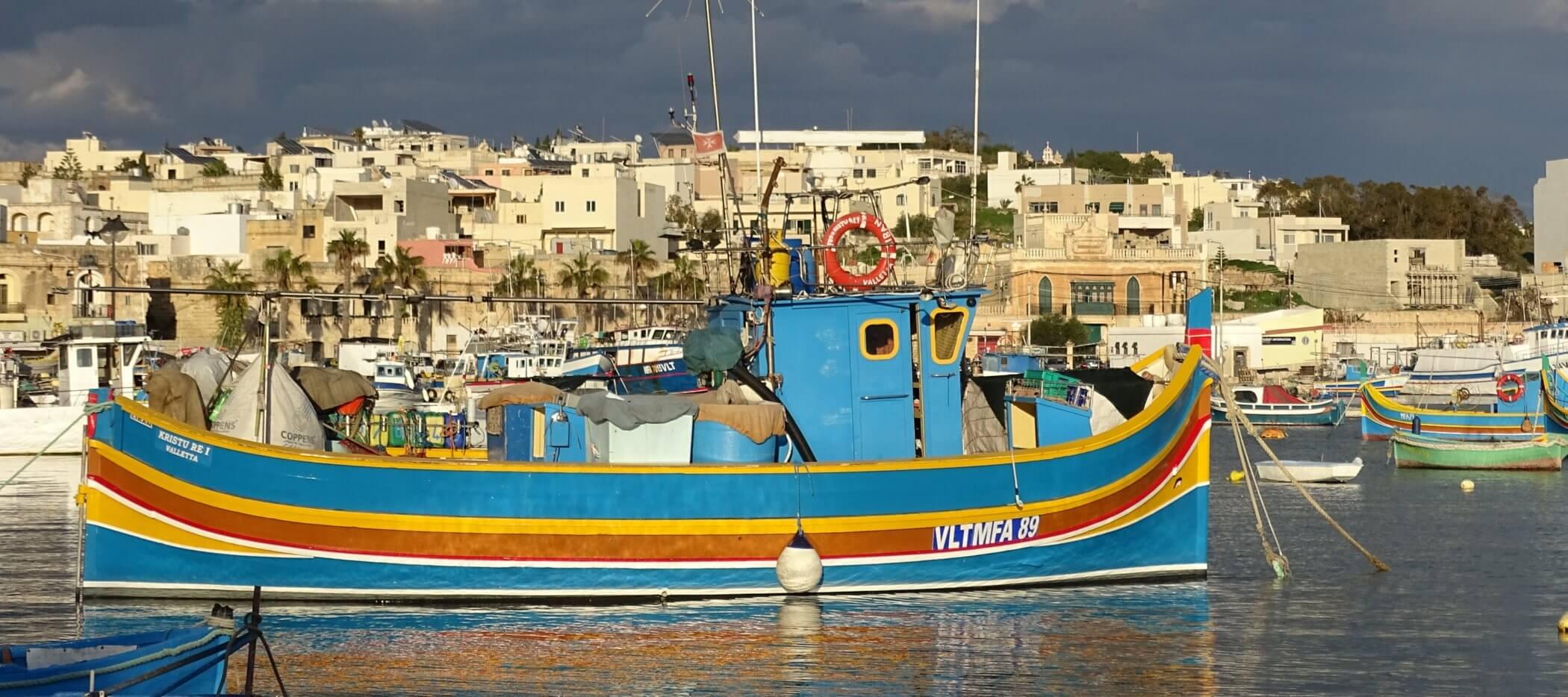 Buntes Schiff in Hafen von Marsaxlokk auf Malta