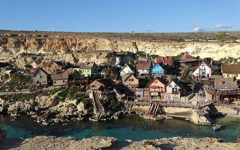 Bunte Häuschen in Popeye Village auf Malta