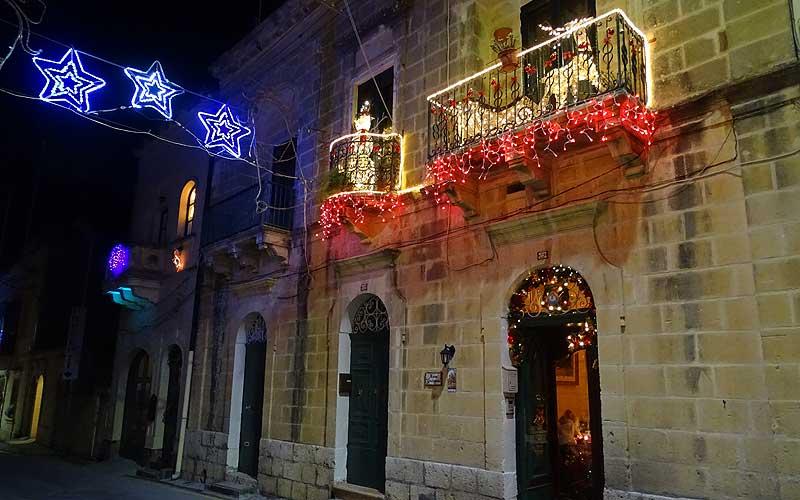 Weihnachtsdekoration im nächtlichen Malta