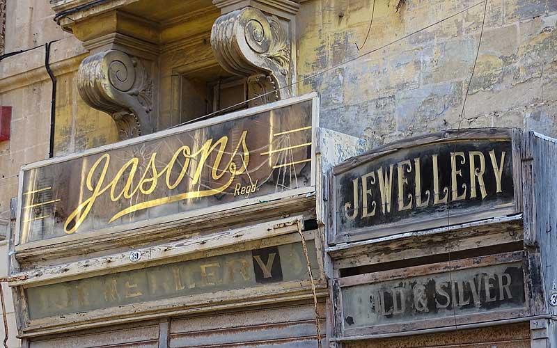 Alte Ladenschilder in Valletta auf Malta
