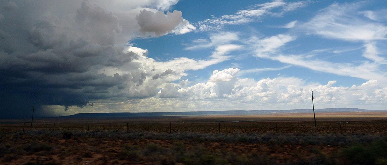 Dunkle Wolken ziehen über die Landdschaft
