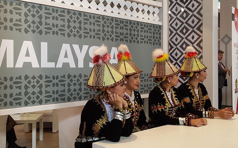 ITB 2017: Vier Frauen mit traditionellen Hüten am Stand Malaysia