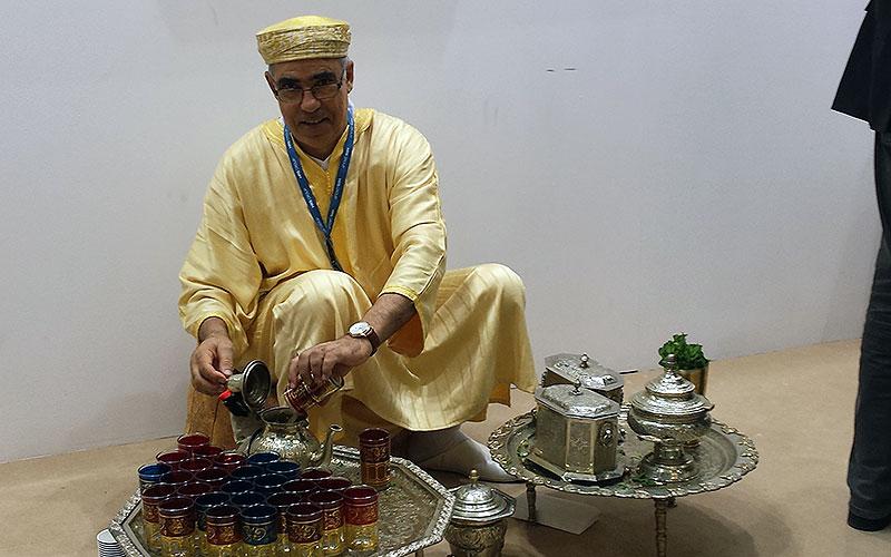 ITB 2017: Mann serviert Tee am Stand in Marokko