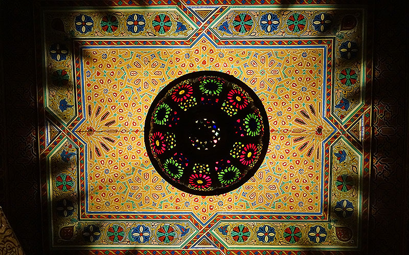 Lampe an bunter Decke im Riad in Marrakesch