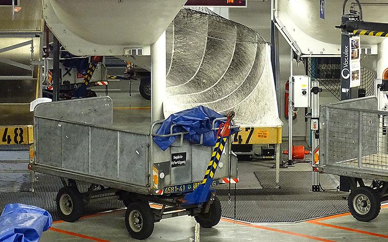Rutsche für Gepäck am Flughafen