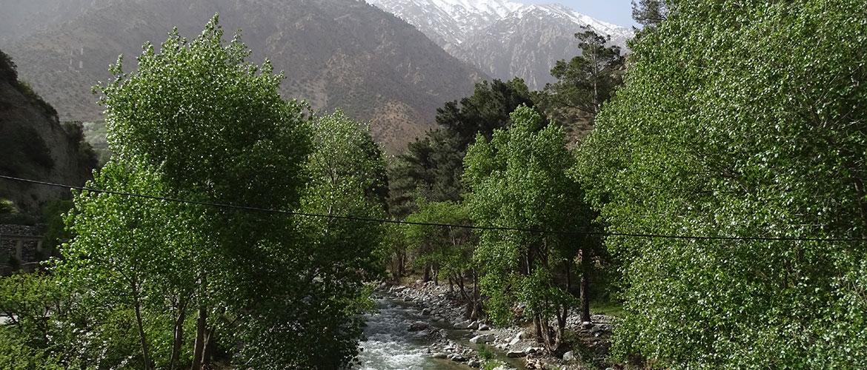 Ourika-Tal mit Fluss und schneebdeckten Bergen