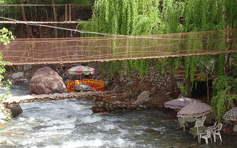 Restaurant mit Stühlen im Wasser im Ourika-Tal
