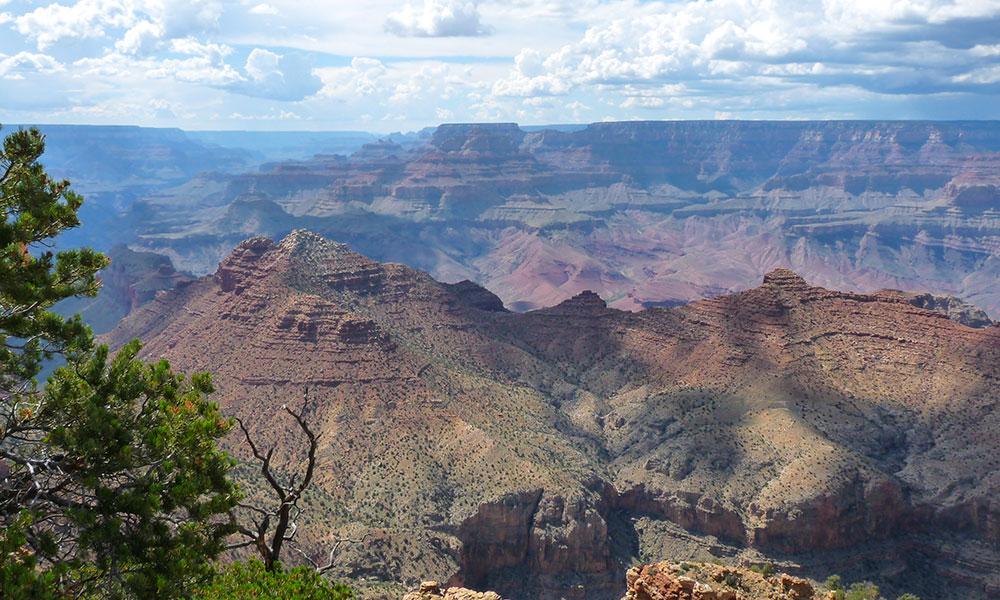 Blick über den Grand Canyon mit Felsen und Tälern