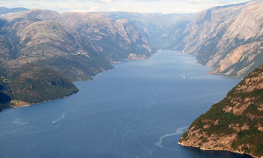 Flugzeug über dem Lysefjord