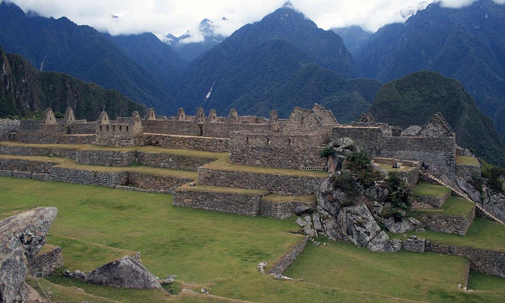 Ruinen von Machu Picchu vor wolkenverhangenen Bergen